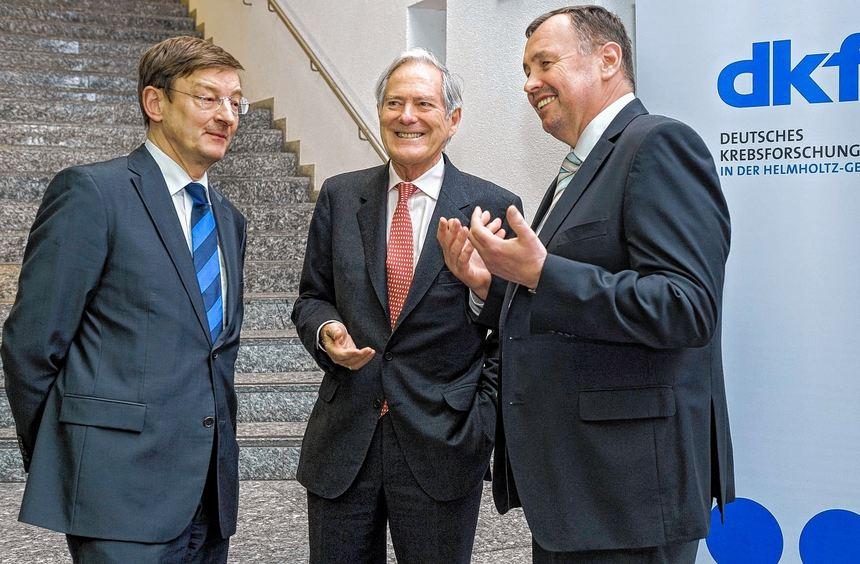 Beim Jahresempfang des dkfz spricht Festredner Prof. Roland Berger (Mitte) mit den Vorständen Prof. ...