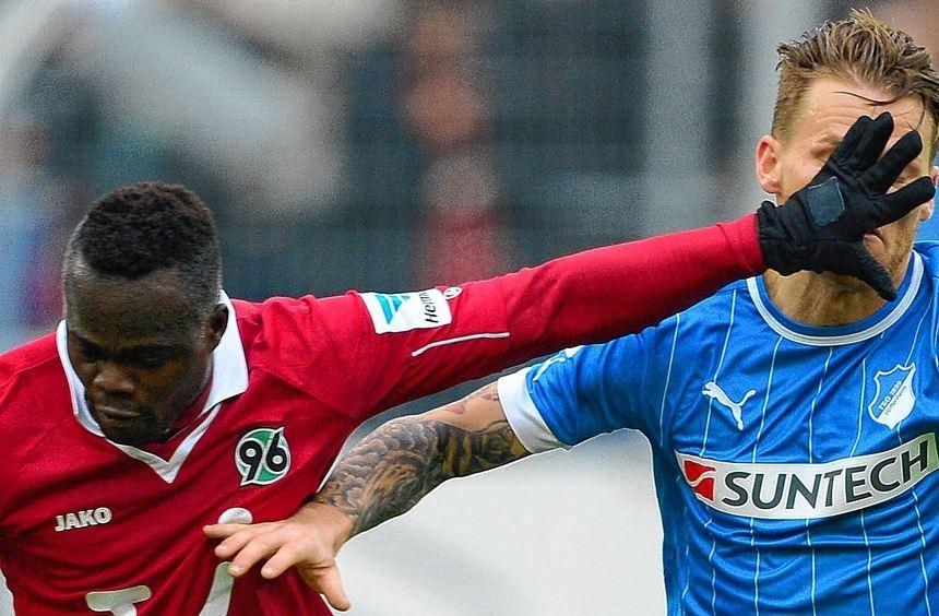 """Handarbeit: """"96""""-Stürmer Didier Ya Konan (l.) und Hoffenheims Eugen Polanski."""