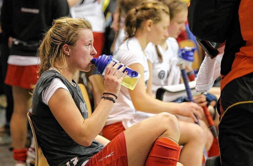 Ein Quantum Trost aus der Trinkflasche: Auch Spielführerin Tonja Fabig hatte am Halbfinal-Aus zu ...