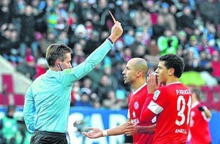 Der Stein des Anstoßes: Referee Stieler zeigt Parker (rechts) Rot.