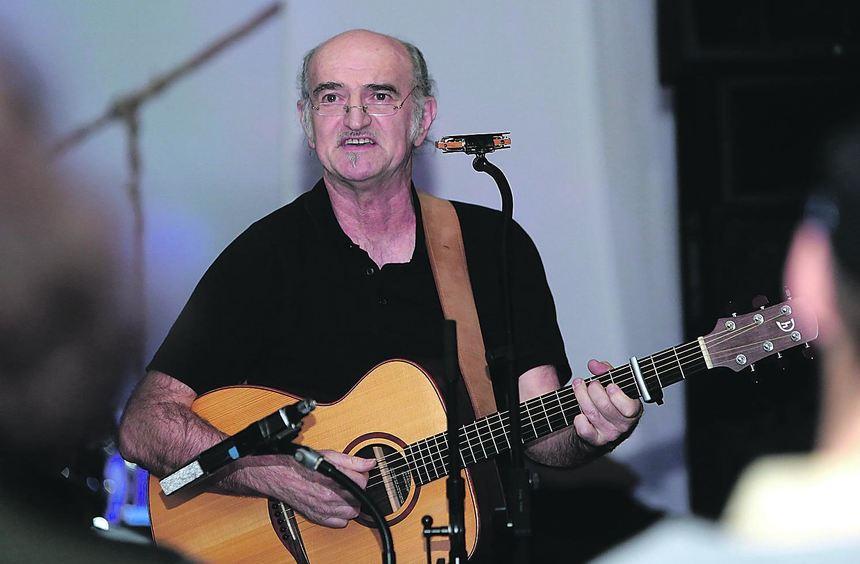 Bald umschmeichelt er auf der Gitarre seine Phrasen in zarten melodischen Modulationen, bald treibt ...