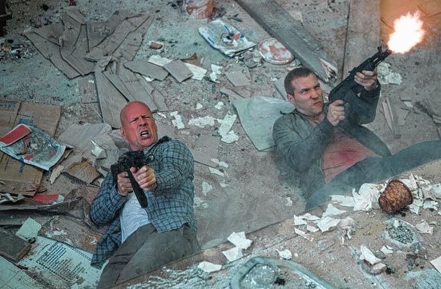 """Feuer frei: Szene aus dem fünften """"Stirb langsam""""-Film mit Bruce Willis (links)."""