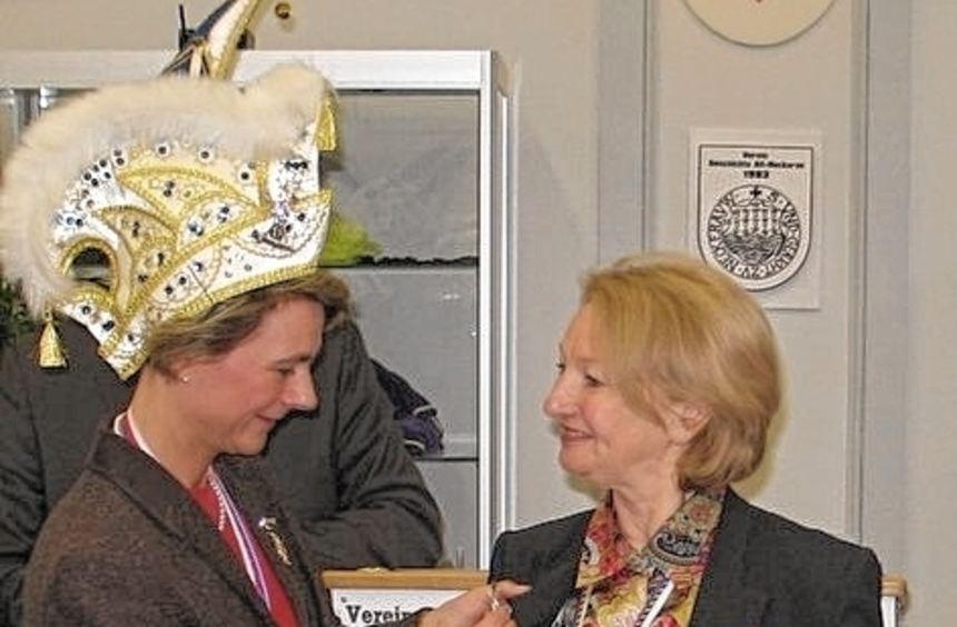 Ex-Prinzessin Tina Armbruster heftete Helen Heberer die Spange an.