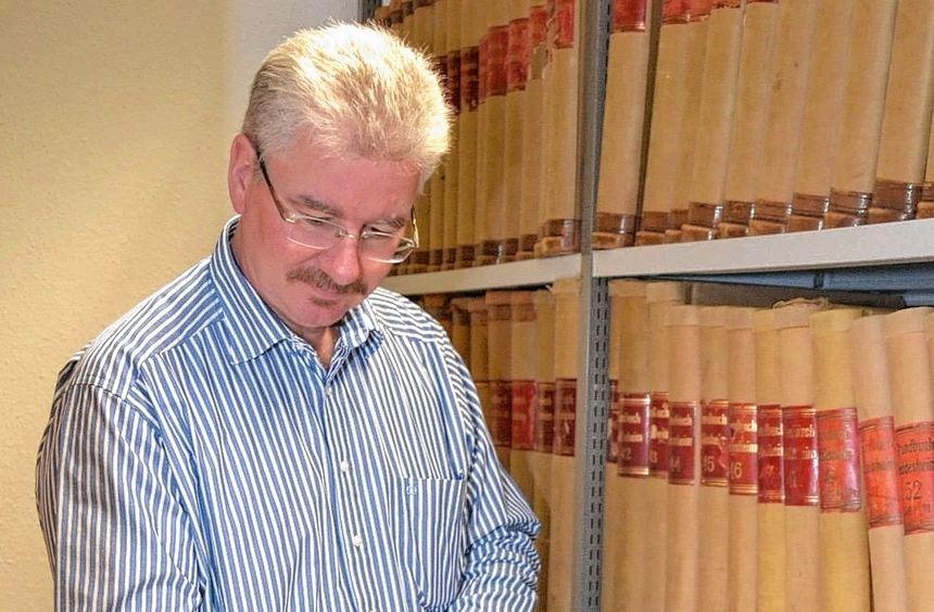 Einst schrieb Franz Winkler, Leiter des Heddesheimer Bürgerservice, die Einträge per Hand in die ...
