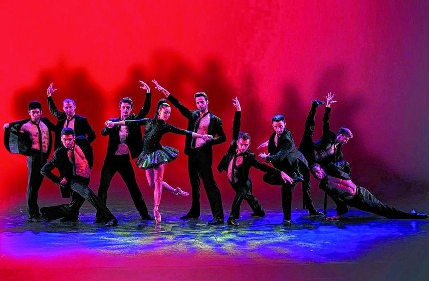 """Tobt über die Bühne im Mannheimer Rosengarten: die Tanztruppe von """"Rock The Ballet""""."""