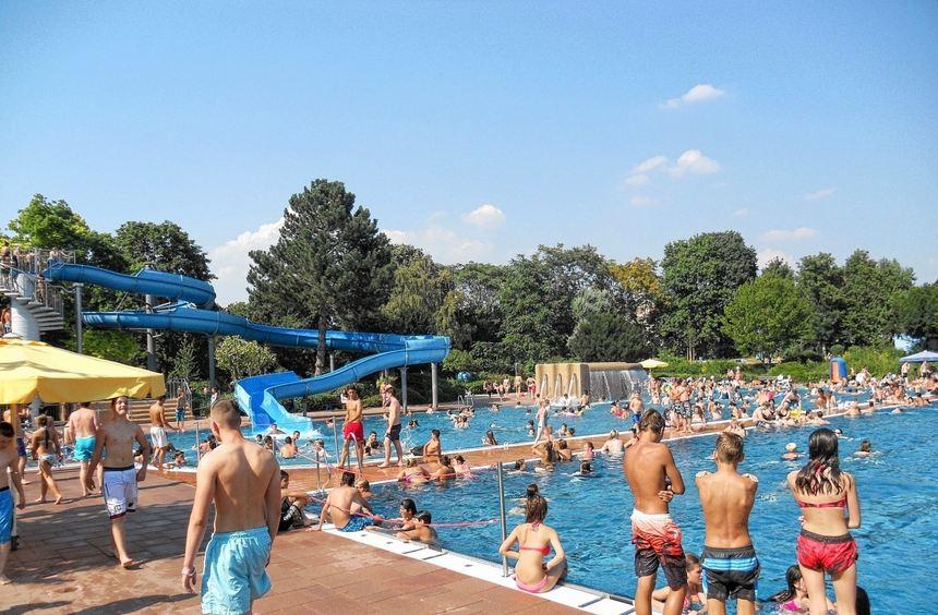 Davon kann man derzeit nur träumen: Bei sommerlichem Wetter strömen die Besucher in Massen in das ...