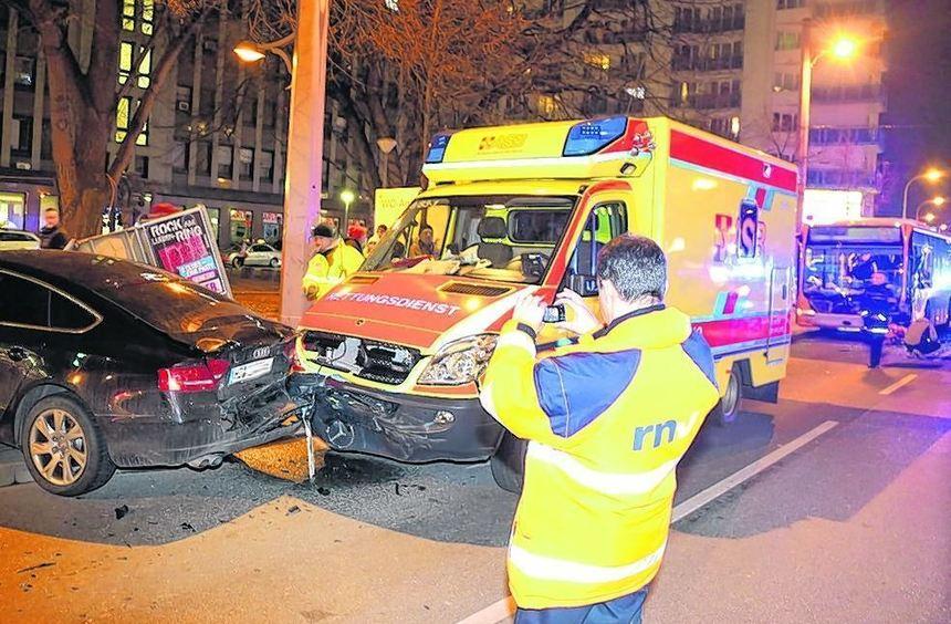 Der Rettungswagen kippte zunächst in den Bus (hinten rechts im Bild), prallte dann auf den Pkw - ...