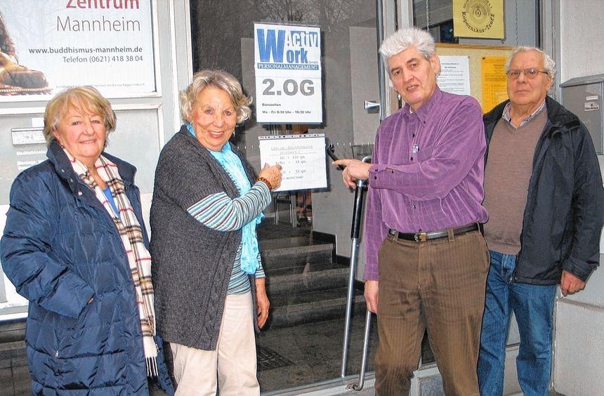 Überrascht und wenig erfreut vor ihrem Kopernikus-Treff: Beisitzer Joachim Kraft, Mitglied ...