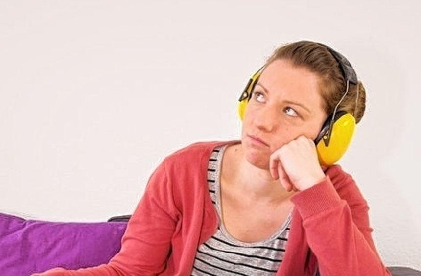 Wenn nur noch Ohrenschützer helfen, ist der Nachbar definitiv zu laut.