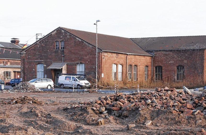 """Rechts an dem ehemaligen Werkstattgebäude der Bahn soll künftig die """"Glückstein-Allee"""" verlaufen. ..."""