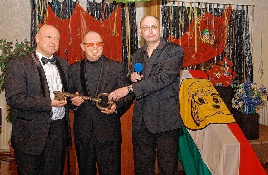 Präsident Holger Kubinski (re.) und Sitzungspräsident Manfred Schenk (Mitte) übergeben ...
