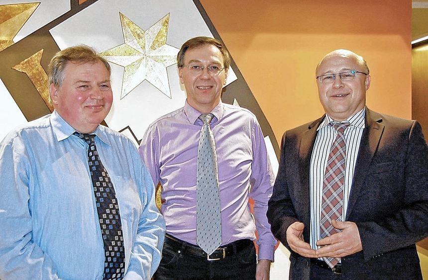 Bürgermeister Udo Glatthaar gratuliert Jürgen Friedrich (Mitte), der kürzlich zum Nachfolger von ...