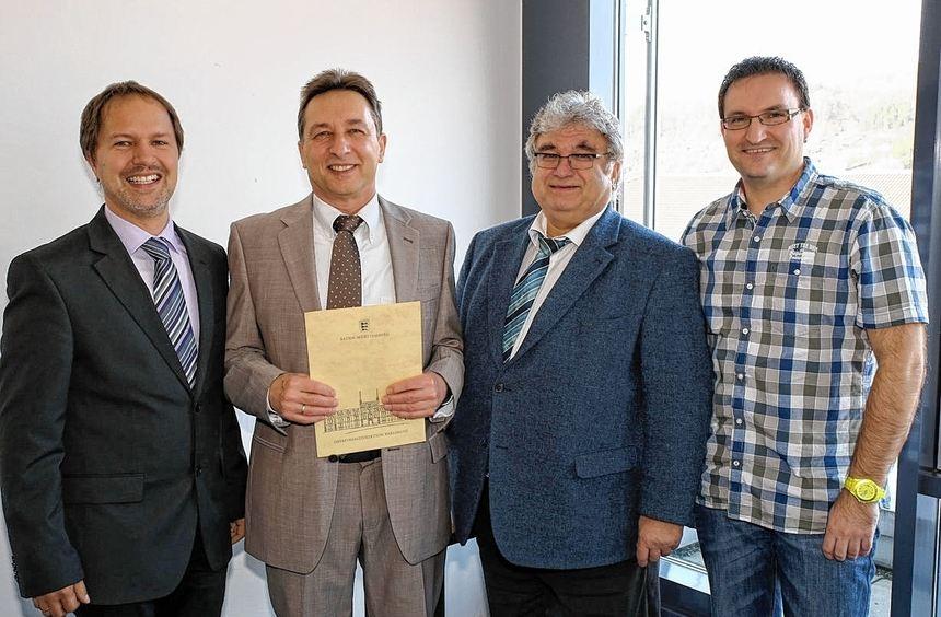 Im Rahmen einer kleinen Feierstunde wurde Oberamtsrat Andreas Trummer (Zweiter von links) beim ...
