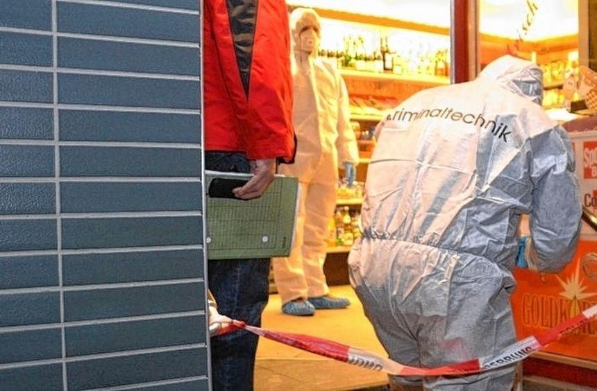 Die Kriminaltechniker sichern Spuren im Eingangsbereich der Eppelheimer Bäckerei, die am ...