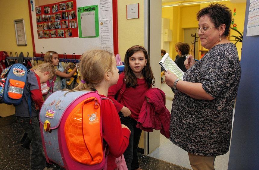 Für jedes Kind einen Haken: Betreuerin Helga Hofmann prüft, ob alle Tintenkleckse da sind.