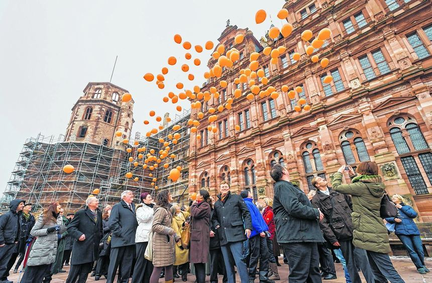Als symbolischer Gruß nach London stiegen gestern Nachmittag orangefarbene Luftballons vor dem ...