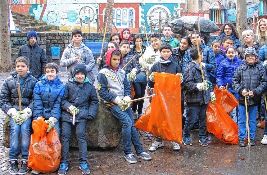 Keplerschüler und ihre Lehrer im Putzeinsatz mit der Schulsozialarbeiterin Elaheh Asterabadi.
