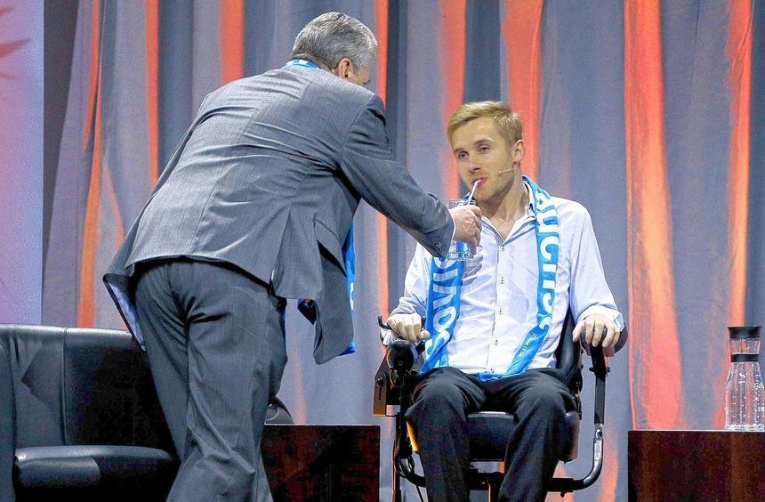 Samuel Koch kann sich wegen seiner Querschnittslähmung nicht mehr bewegen - daher hält ihm ...