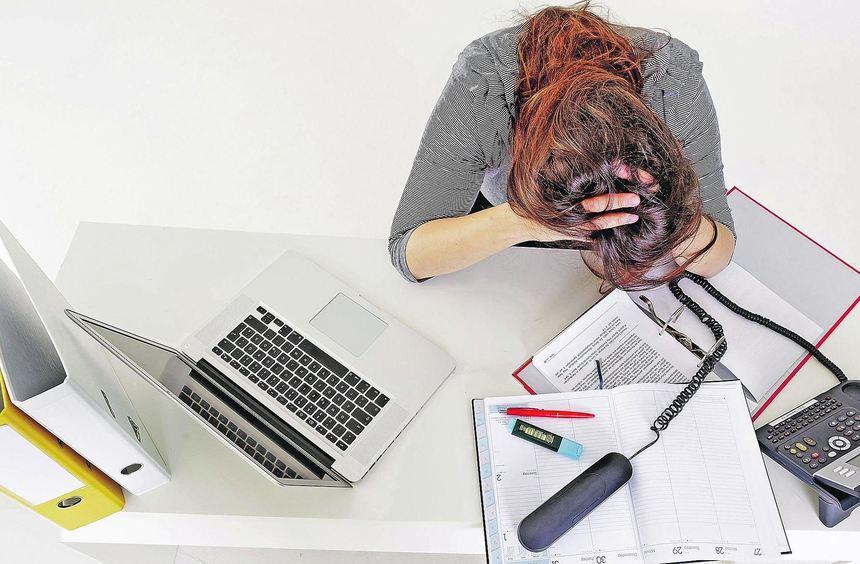 Eine Berufsunfähigkeitsversicherung schützt vor finanziellen Einbußen, wenn Beschäftigte nicht mehr ...
