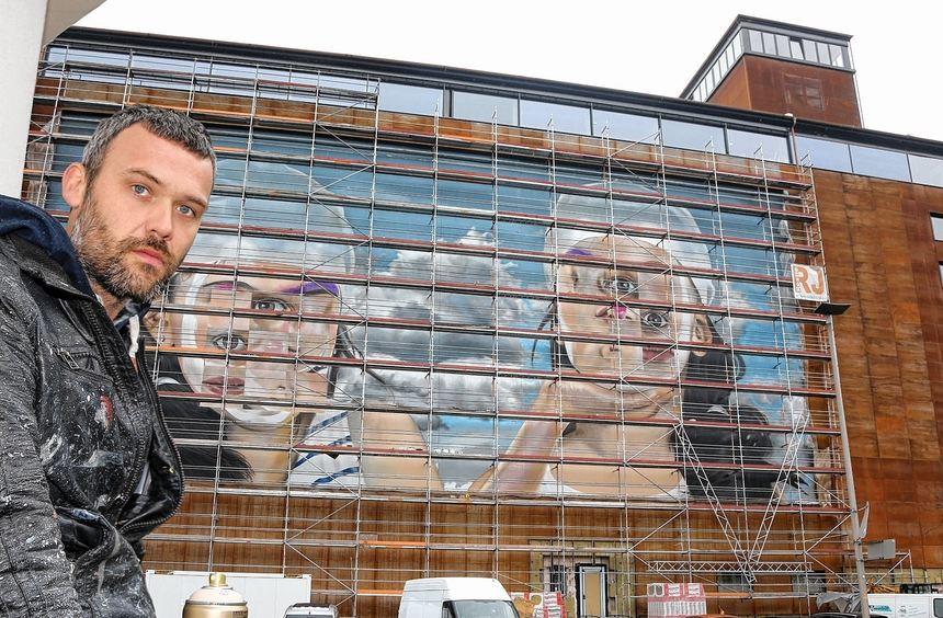 """Graffitikünstler """"Case"""" Andreas von Chrzanowski vor dem """"Speicher 7"""", auf dem er ein 700 ..."""