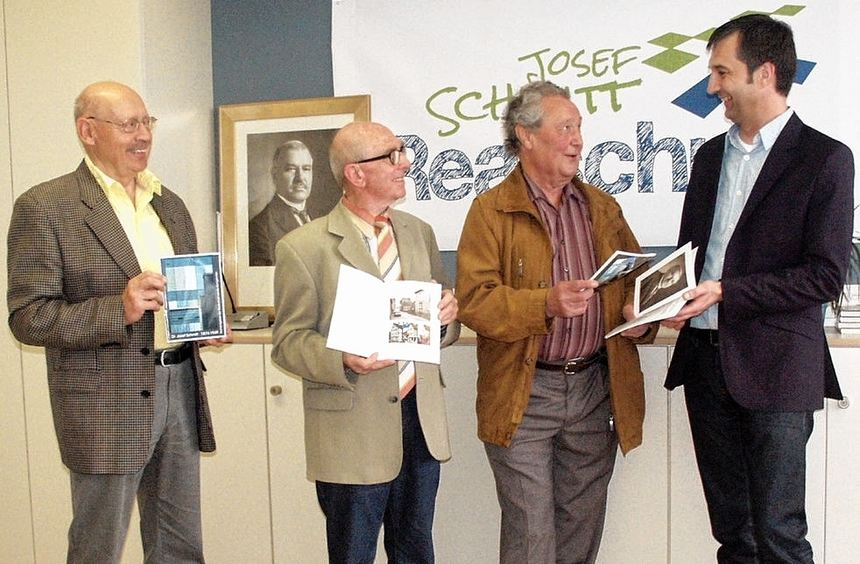 Die Broschüre über Dr. Josef Schmitt (Porträt im Hintergrund), stellten vom Heimat- und ...