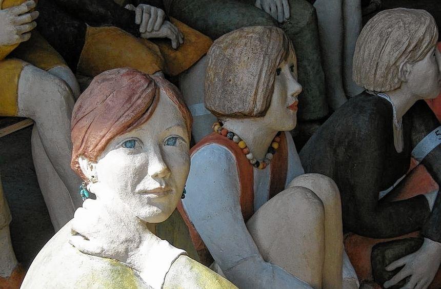 Die Figuren warten auf die Besucher. Morgen wird die Ausstellung mit den Skulpturen der Künstlerin ...