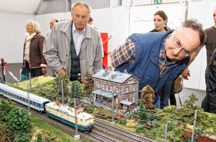 Die Bahn kommt: Bis zu neun Züge drehen auf den Gleisen der Sonderschau ihre Runden. Die ...