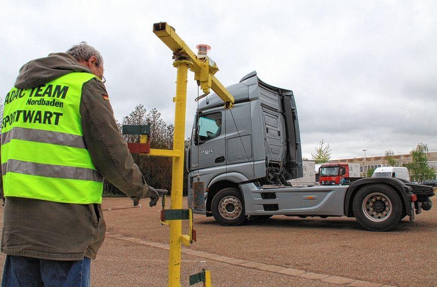 """Während der Aufgabe """"Kreisel"""" müssen die Teilnehmer versuchen, durch ihre Fahrbahn ein am Lastwagen ..."""