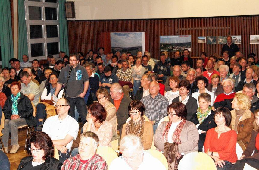 """Ein volles Haus gab es bei der Info-Veranstaltung der Bürgerinitiative """"Zukunft-Mensch-Natur""""."""