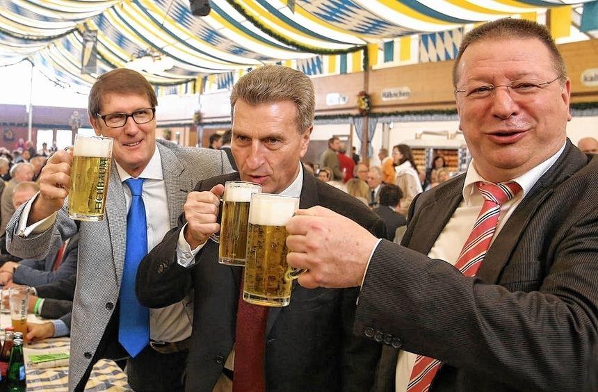 Ein Prosit auf den Mittelstand: MIT-Vorsitzender Wolfgang Taubert, EU-Kommissar Günther Oettinger ...