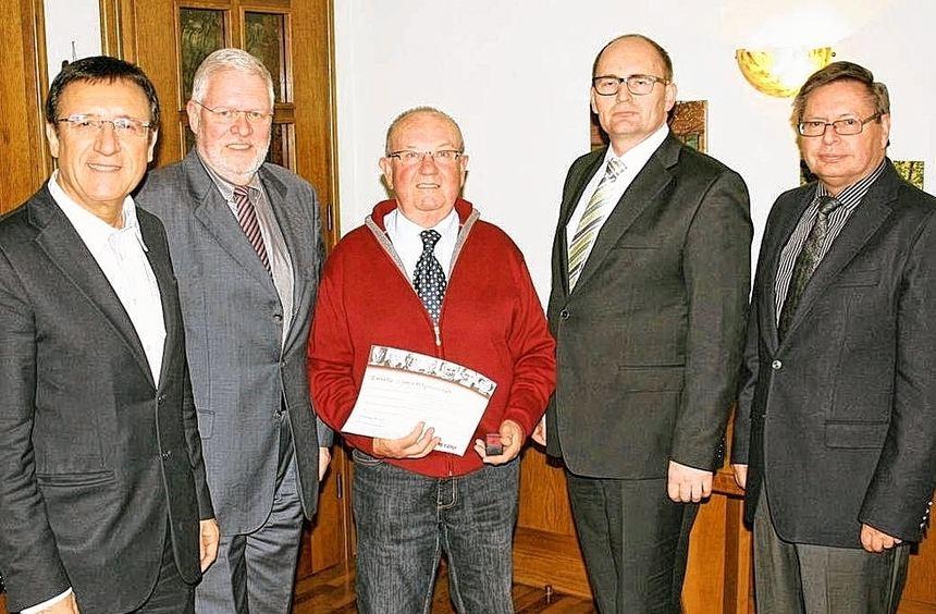Im Bild (von links) Kreisvorsitzender Professor Dr. Wolfgang Reinhart, Stadtverbandsvorsitzender ...