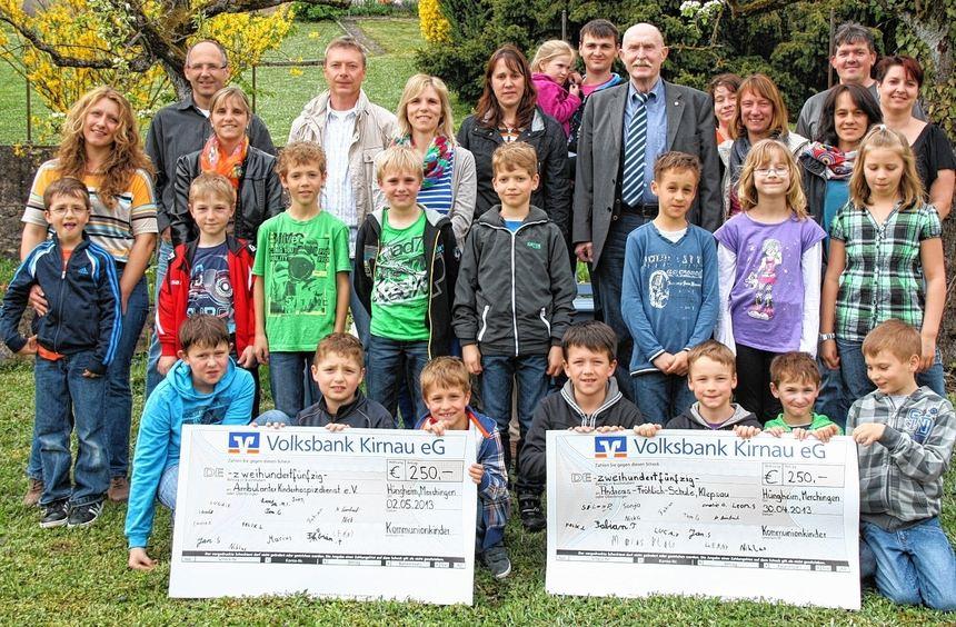 Mit einer 500-Euro-Spende unterstützen die Kommunionkinder aus Hüngheim und Merchingen die ...