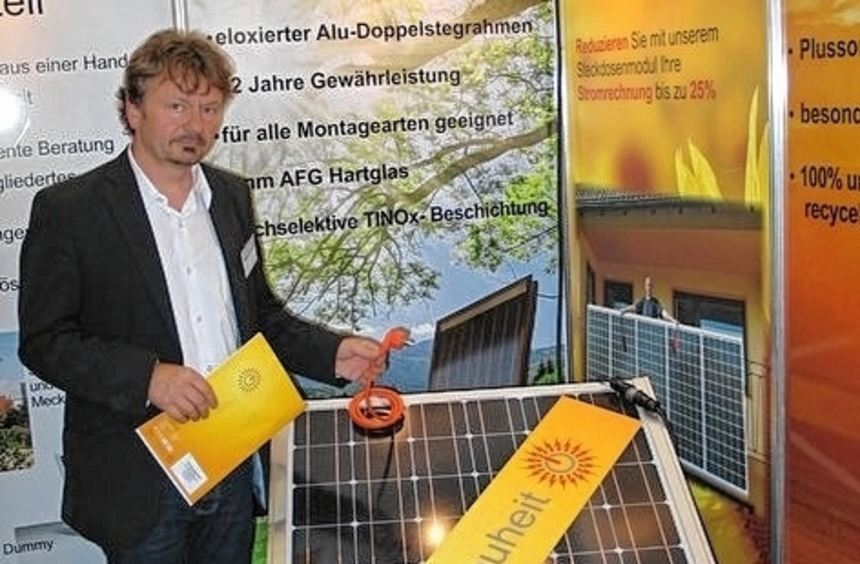 Wolfgang Müller mit der Solaranlage für die Steckdose.