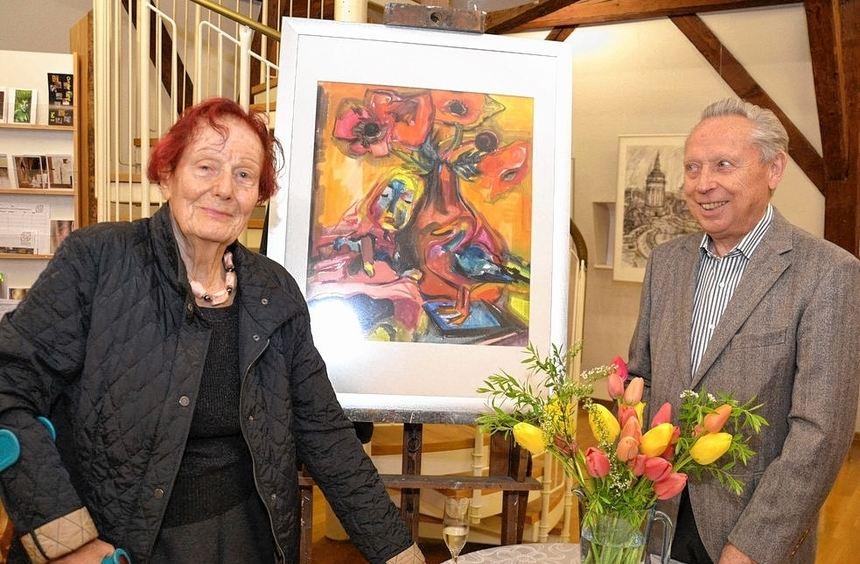 Elisabeth Bieneck-Roos im Gespräch mit Dr. Manfred Simon. Zwischen ihnen ein 1953 entstandenes ...