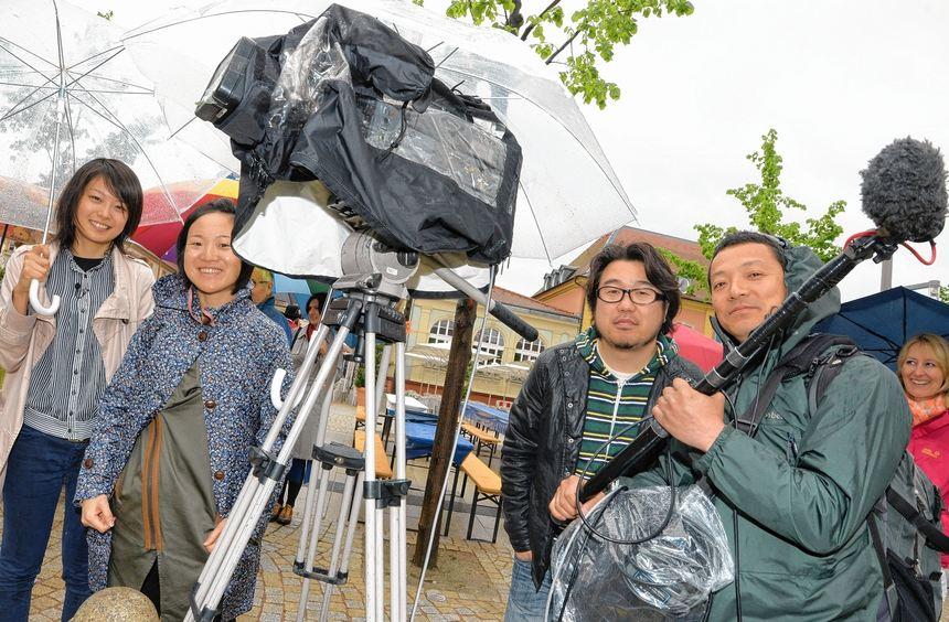 Yuko Mizuta (l.) und ein Teil ihres Teams filmten bei Regen und bei Sonnenschein und waren ganz ...