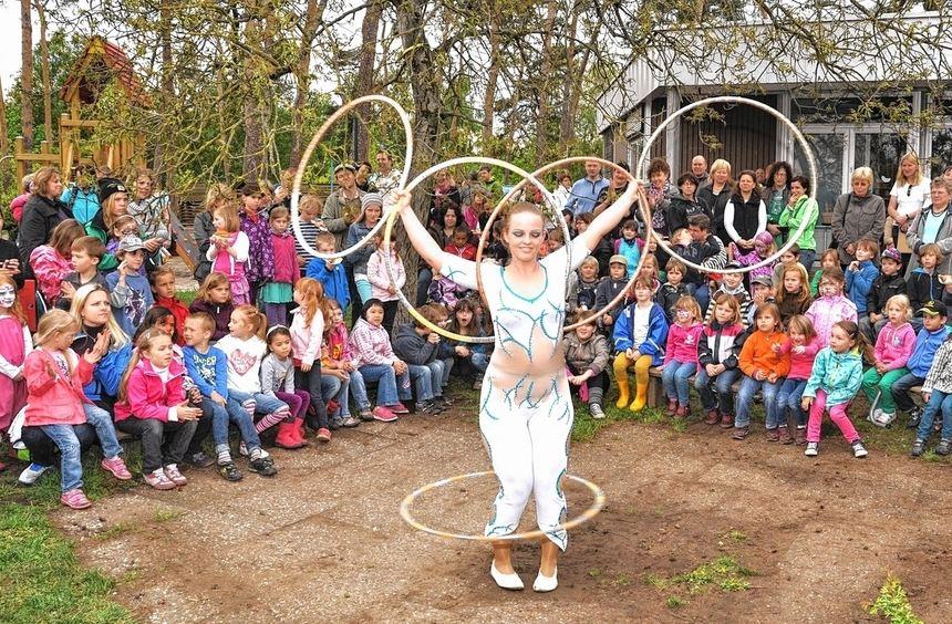 Zirkusartistin Helena beeindruckte die Kinder und Eltern beim Eichhörnchenfest in St. Benedikt. ...