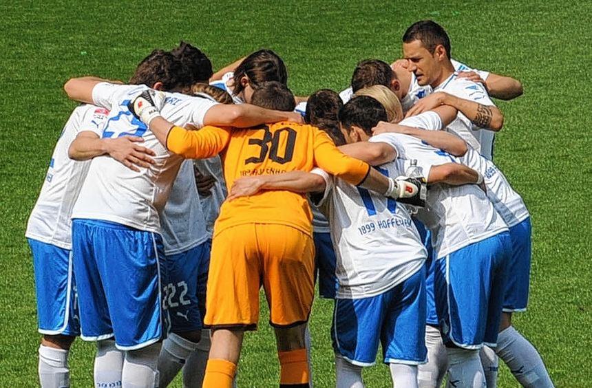 Bild mit Symbolcharakter: Hoffenheims Spieler schwören sich vor der Partie gemeinsam ein.