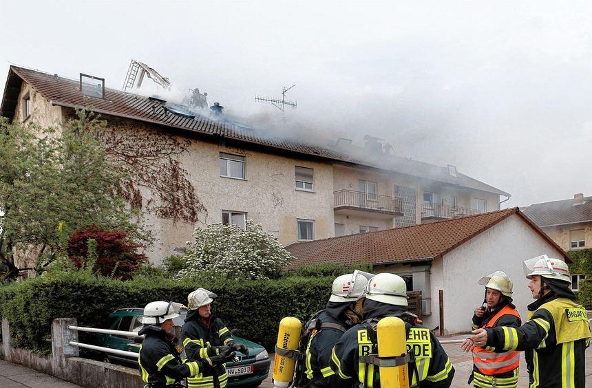 Groß-Einsatz: Aus dem Dach des früheren Hotel Berg quellen dichte Rauchwolken.