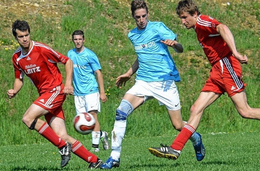 Nach dem 0:0 in Ballenberg ist für Zimmern (blaue Trikots) der Zug in Richtung Meisterschaft ...