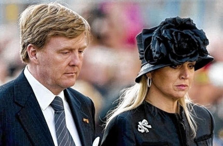 Das Königspaar legte einen Kranz für die Weltkriegsopfer nieder.