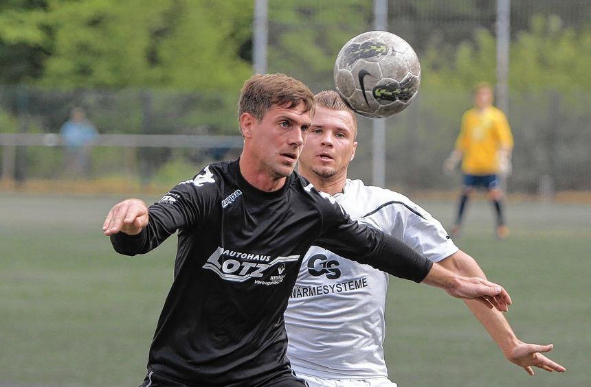 Fehlheims starker Angreifer Mike Böhm (l.) im Duell mit Riedrodes Dennis Pollak.