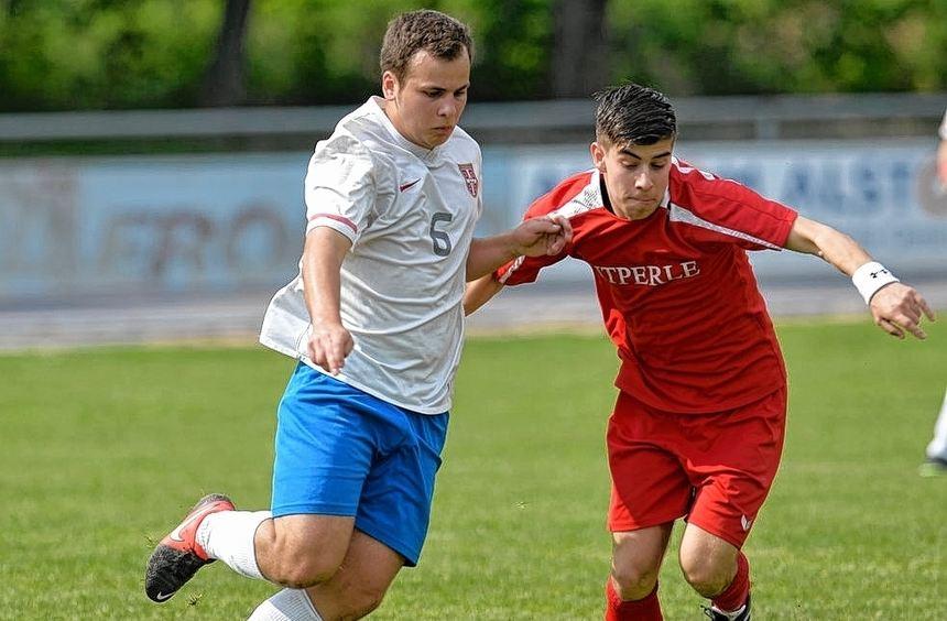Srbijas Aleksandar Kovacevic (links) muss sich hier gegen Viernheims Roberto Brundo zur Wehr ...