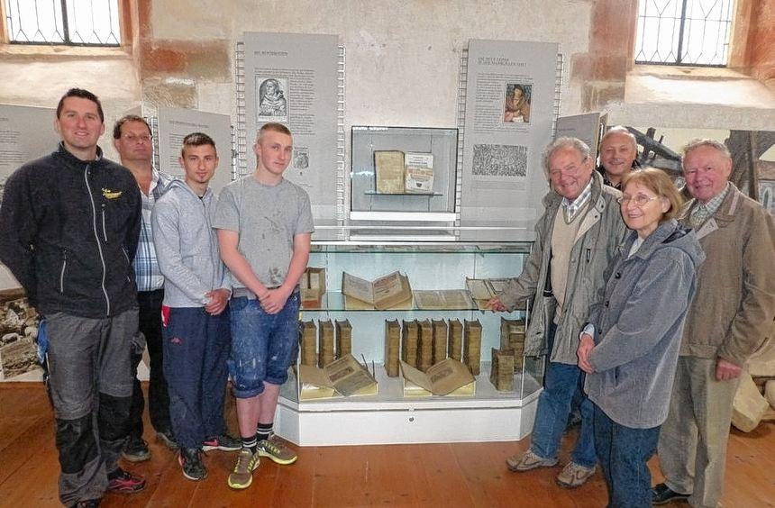"""Im Museum """"Vom Kloster zum Dorf"""" in Frauental erläuterte Günter Breitenbacher (Vierter von rechts) ..."""