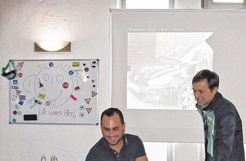 Neue Fahrschule: Samuel Evis (sitzend mit einem Fahrlehrerkollegen) hat sich in einem historischen ...