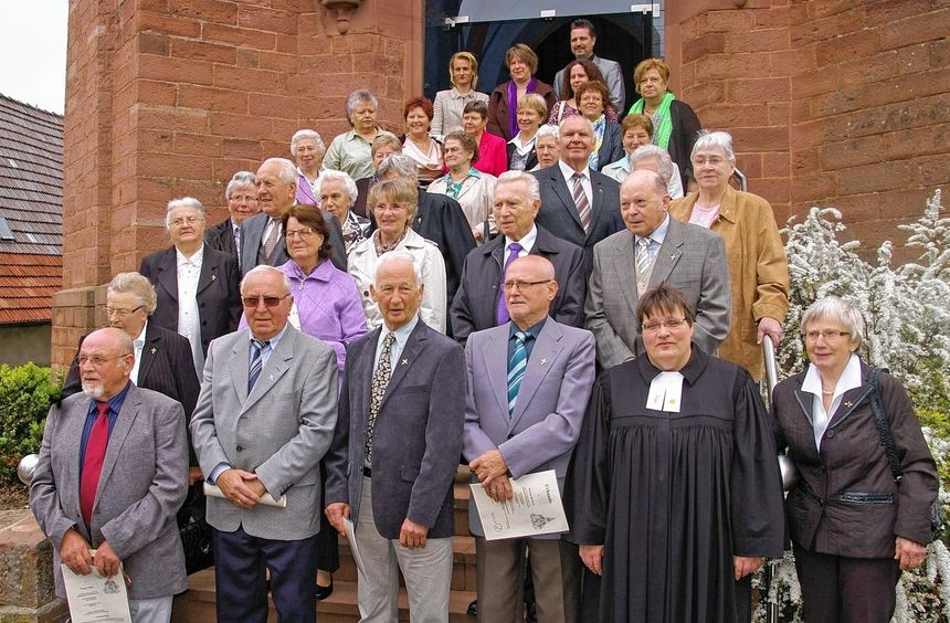 Jubelkonfirmation in Höhefeld: Das Bild zeigt die Jubilare zusammen mit Pfarrerin Heike Dinse.