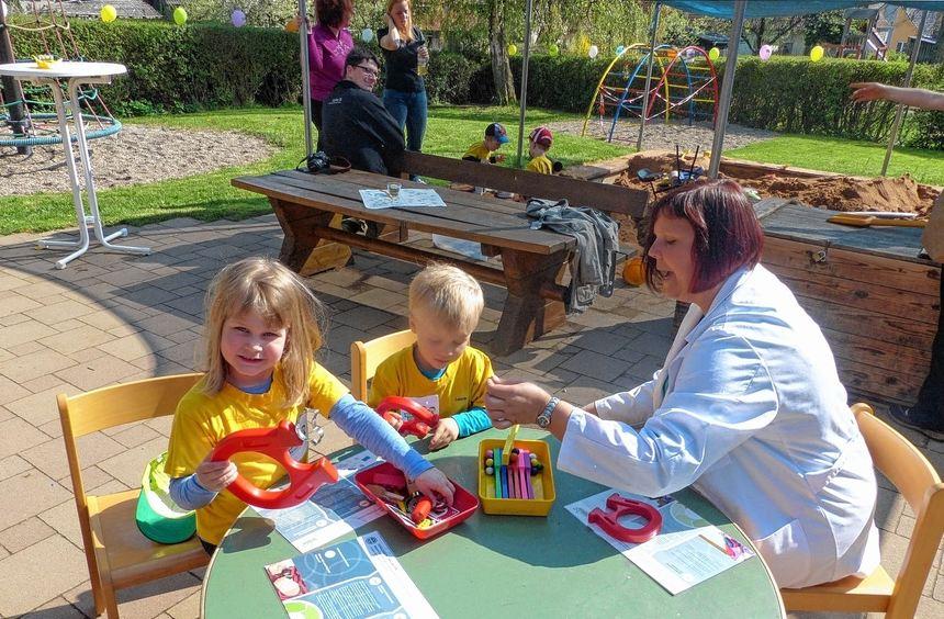 Simone Koppitz, die im Kindergarten Sonderriet für die Experimentieraktionen zuständig ist, ...