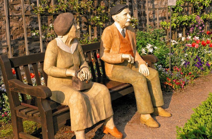 """""""Komm in den Garten mit mir"""", heißt die Skulptur des Seniorenpaares, zu der die Künstlerin durch ..."""