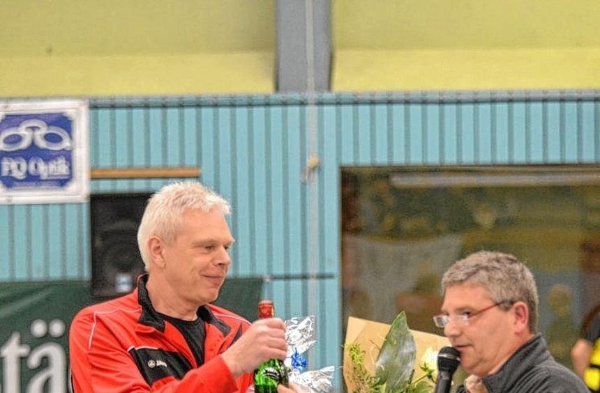 Tvgg-Handball-Chef Olaf Jünge (re.) verabschiedet Reinhold Wild (li.).
