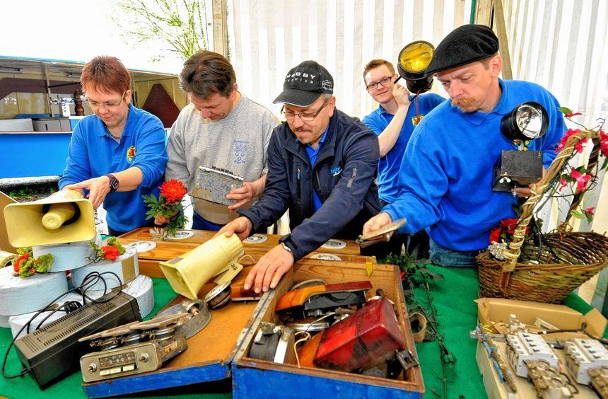 Die Auerbacher Kerwe-Abteilung hat ihr Lager ausgemistet und ihre Altbestände bei einem Flohmarkt ...