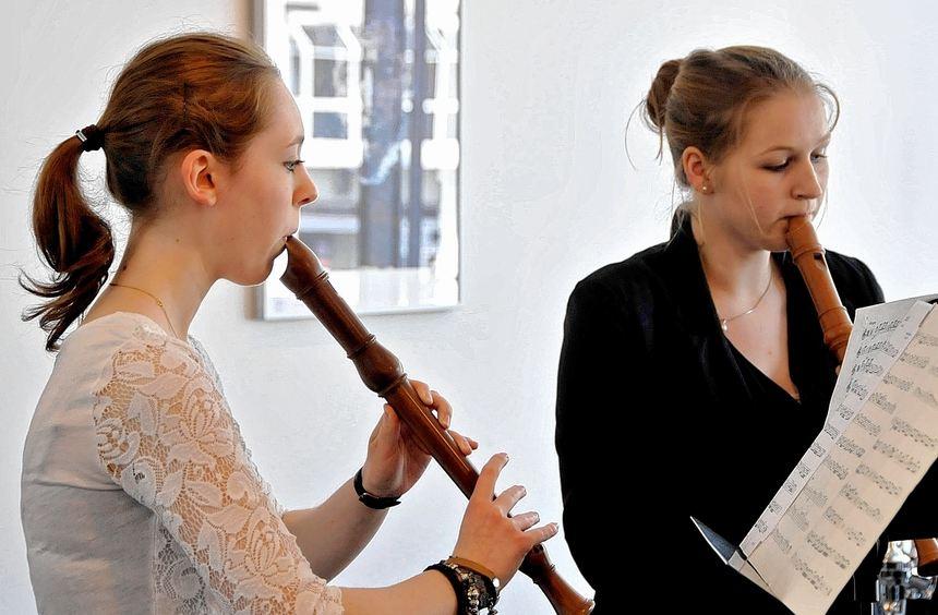 Podium junger Künstler: Katja Neubauer (r.) und Selina Karas präsentierten sich beim Konzert der ...